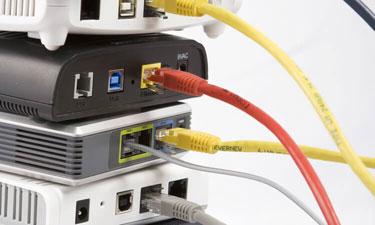 DSL Modems mit Netzwerkkabeln