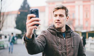 LTE Tarife: Mann mit Smartphone