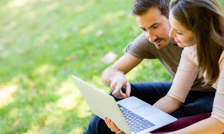 Paar am Laptop im Park