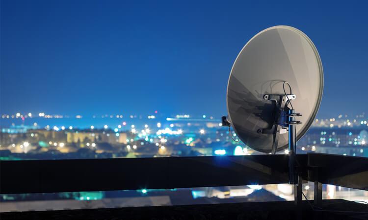 Satellitenschüssel bei Nacht