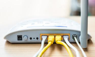 WLAN Router mit Netzwerkkabeln