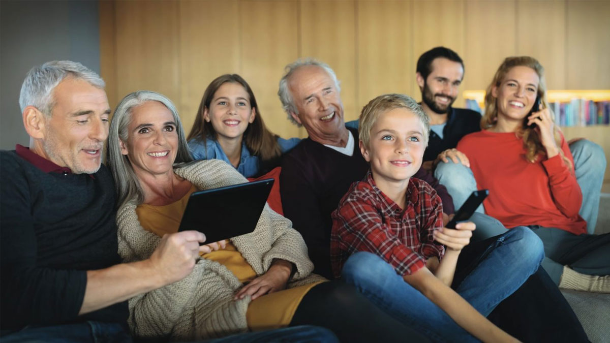Familie im Wohnzimmer mit Unitymedia Gigabit